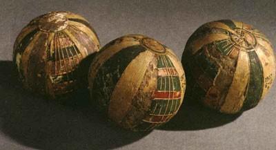 dfe839d3cf0b46 Самые древние мячи к нам дошли из Египта (2000 г. до н.э.). Они  изготавливались из дерева, кожи и даже папируса